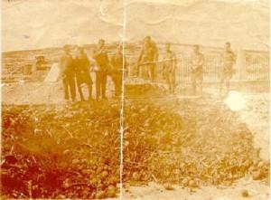 Desenterrando los restos en 1949 para su traslado al mausoleo de Melilla.